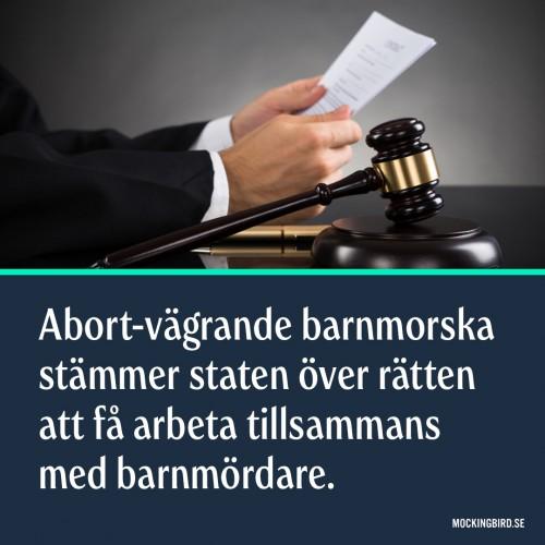Abort-vägrande barnmorska stämmer staten över rätten att få arbeta tillsammans med barnmördare.